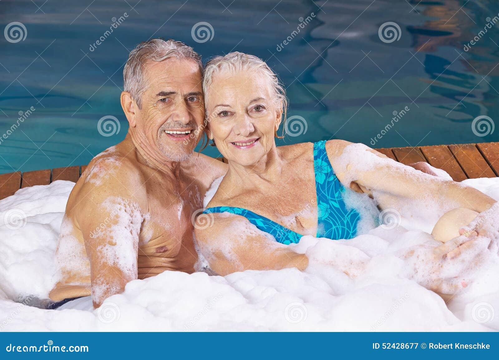 Starsza para bierze piankowego bąbla skąpanie