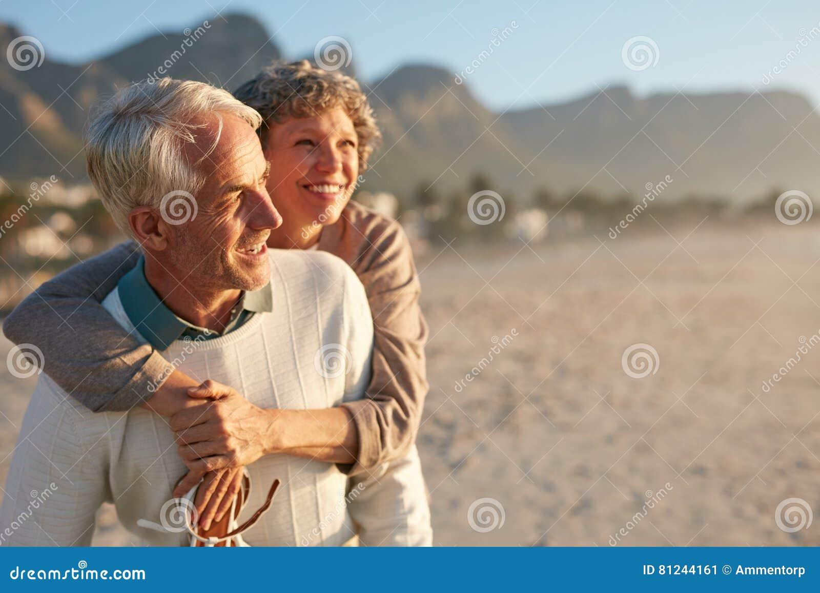 Starsza para cieszy się ich wakacje przy plażą