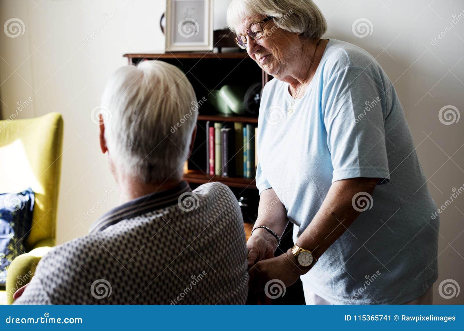 Starsza para, starsza kobieta bierze opiekę starszy mężczyzna
