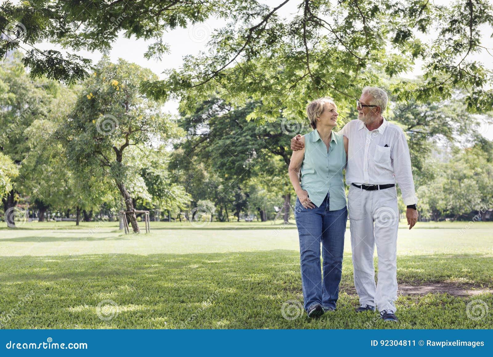 Starsza para Relaksuje stylu życia pojęcie