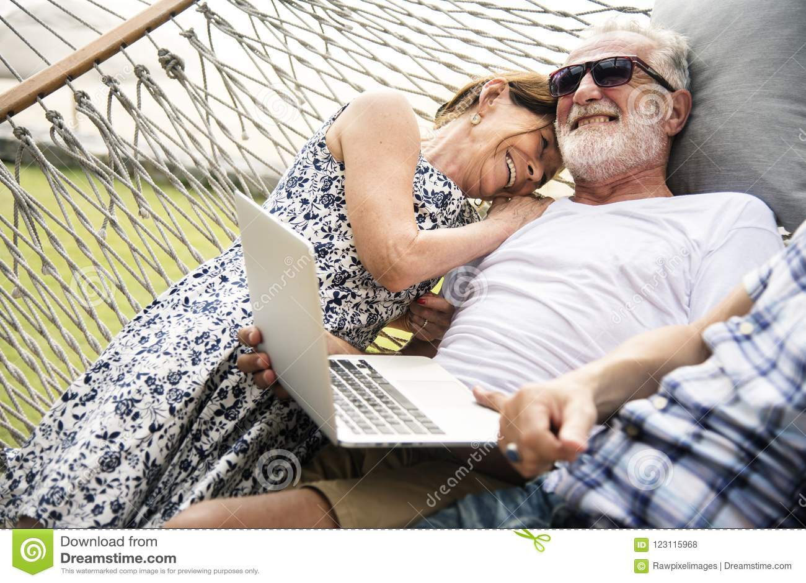 Starsza para relaksuje w hamaku