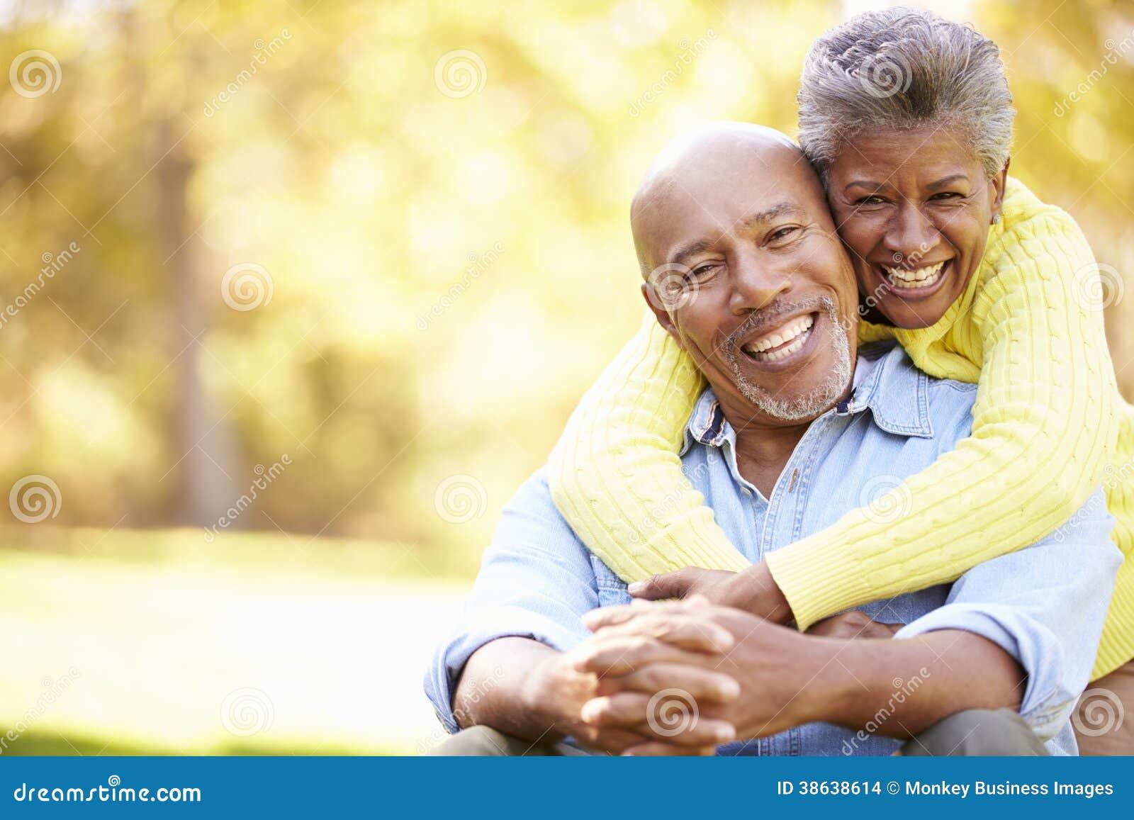Starsza para Relaksuje W jesień krajobrazie