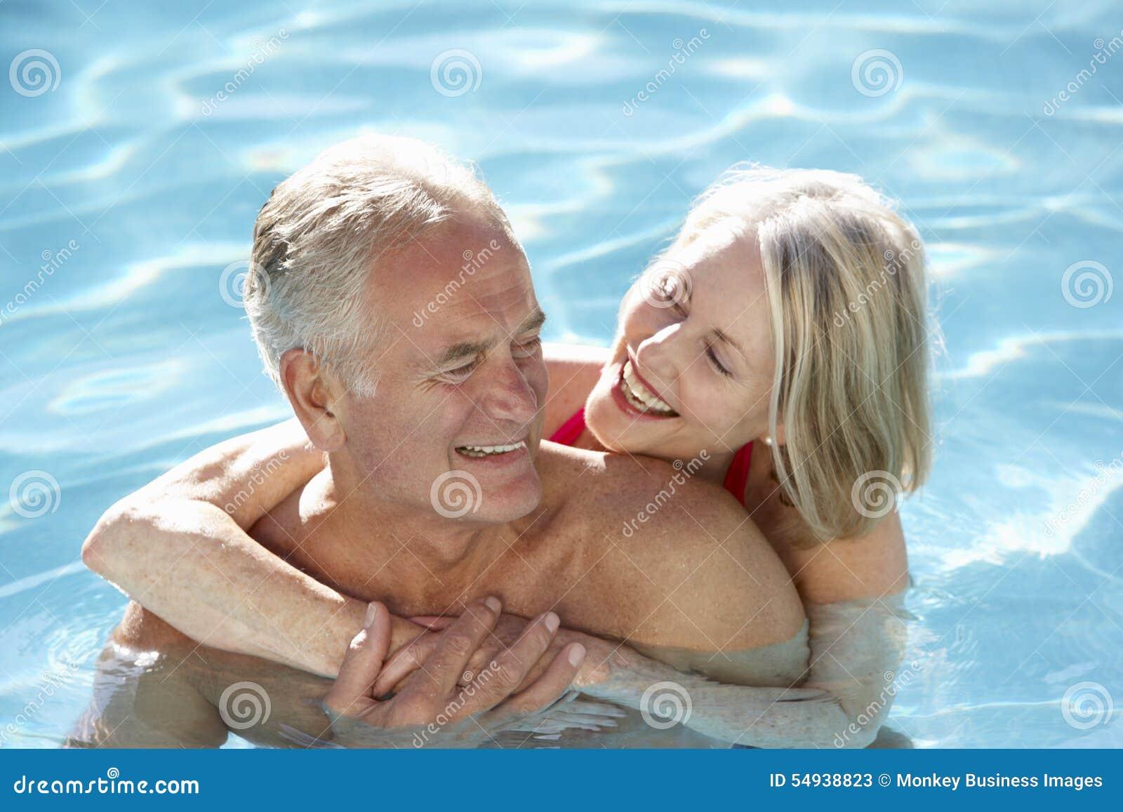 Starsza para Relaksuje W Pływackim basenie Wpólnie