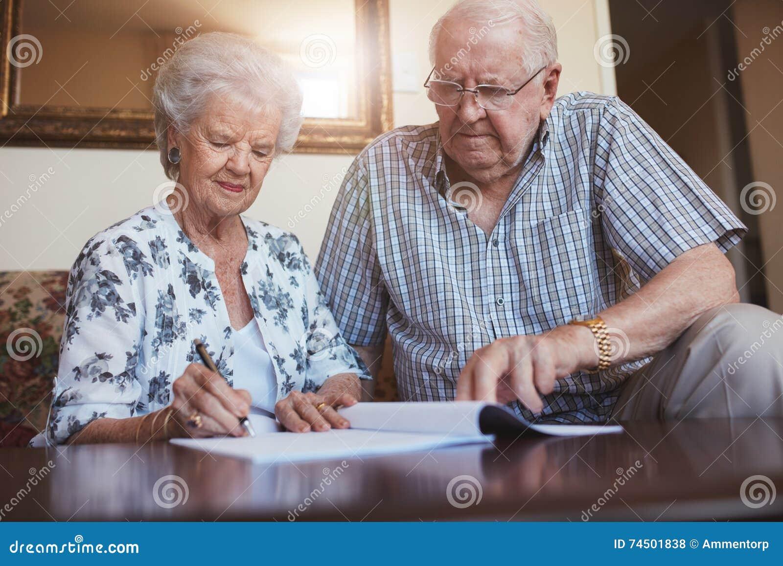 Starsza para robi emerytura papierkowej robocie
