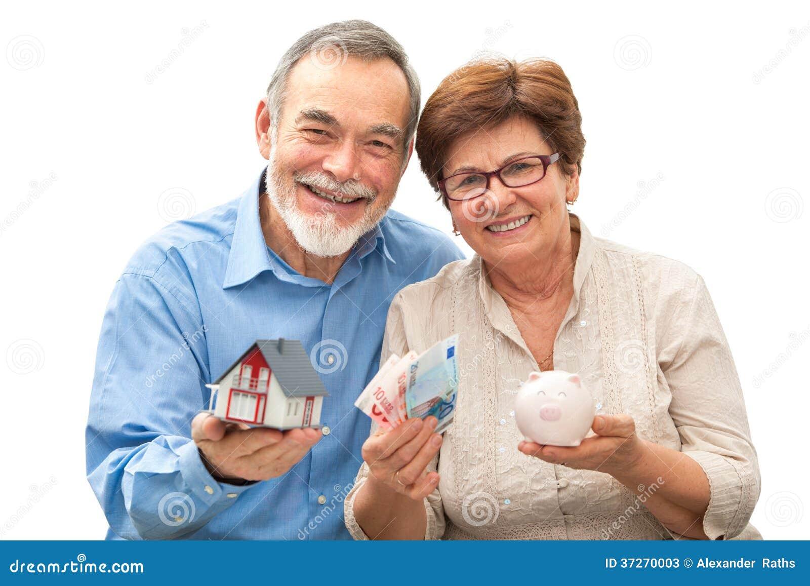 Starsza para trzyma domowego prosiątko banka i modela