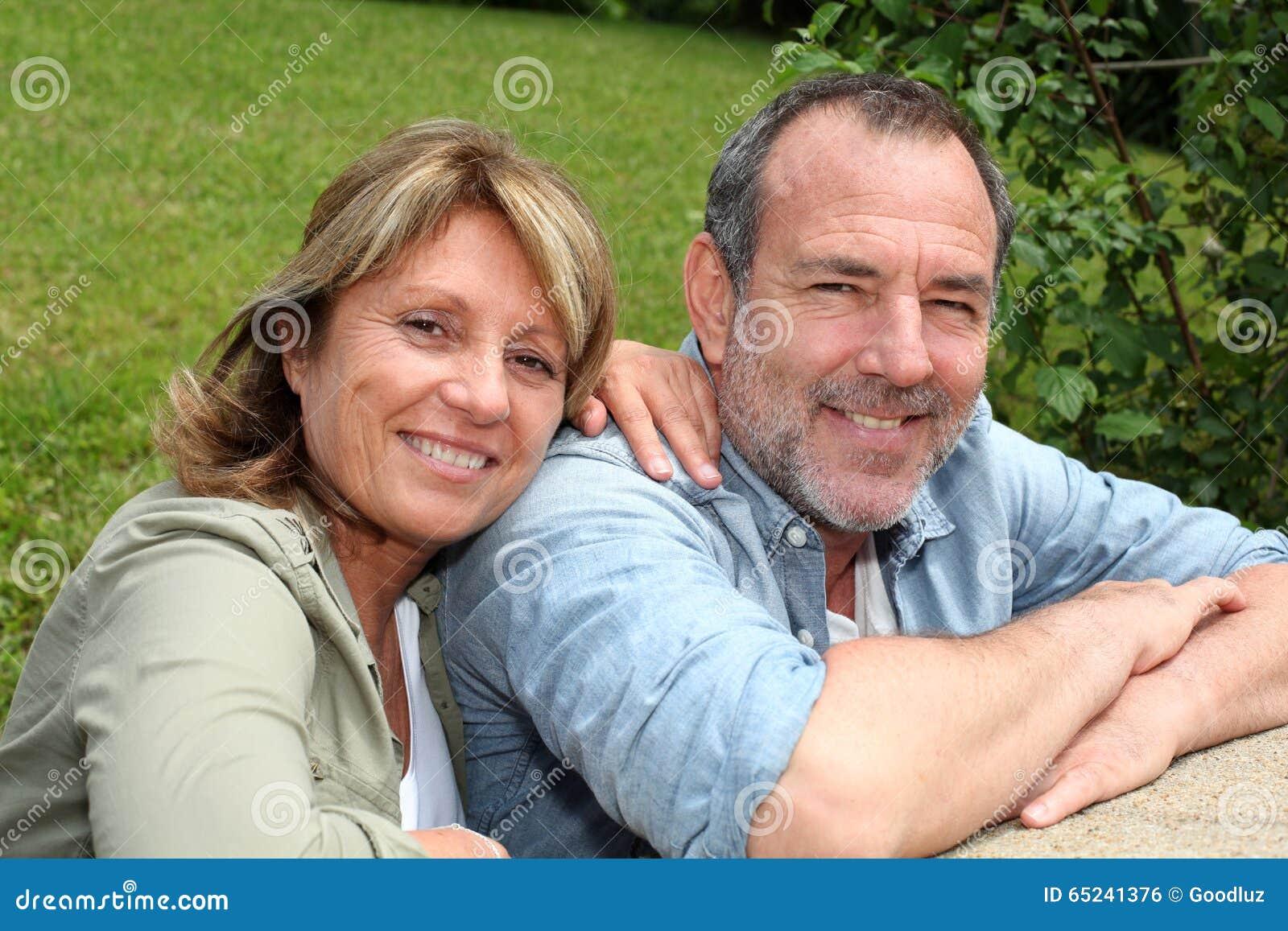 Starsza para w domu ogródu relaksować