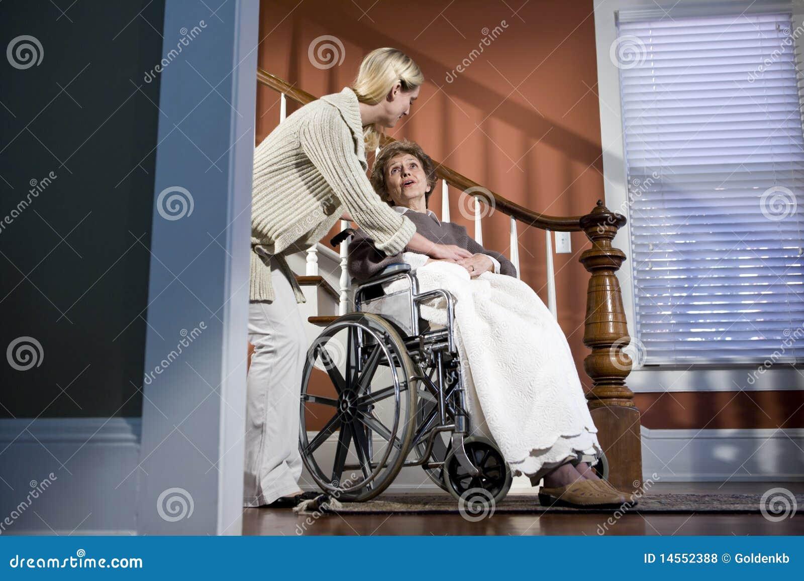 Starsza pomaga domowa pielęgniarki wózek inwalidzki kobieta