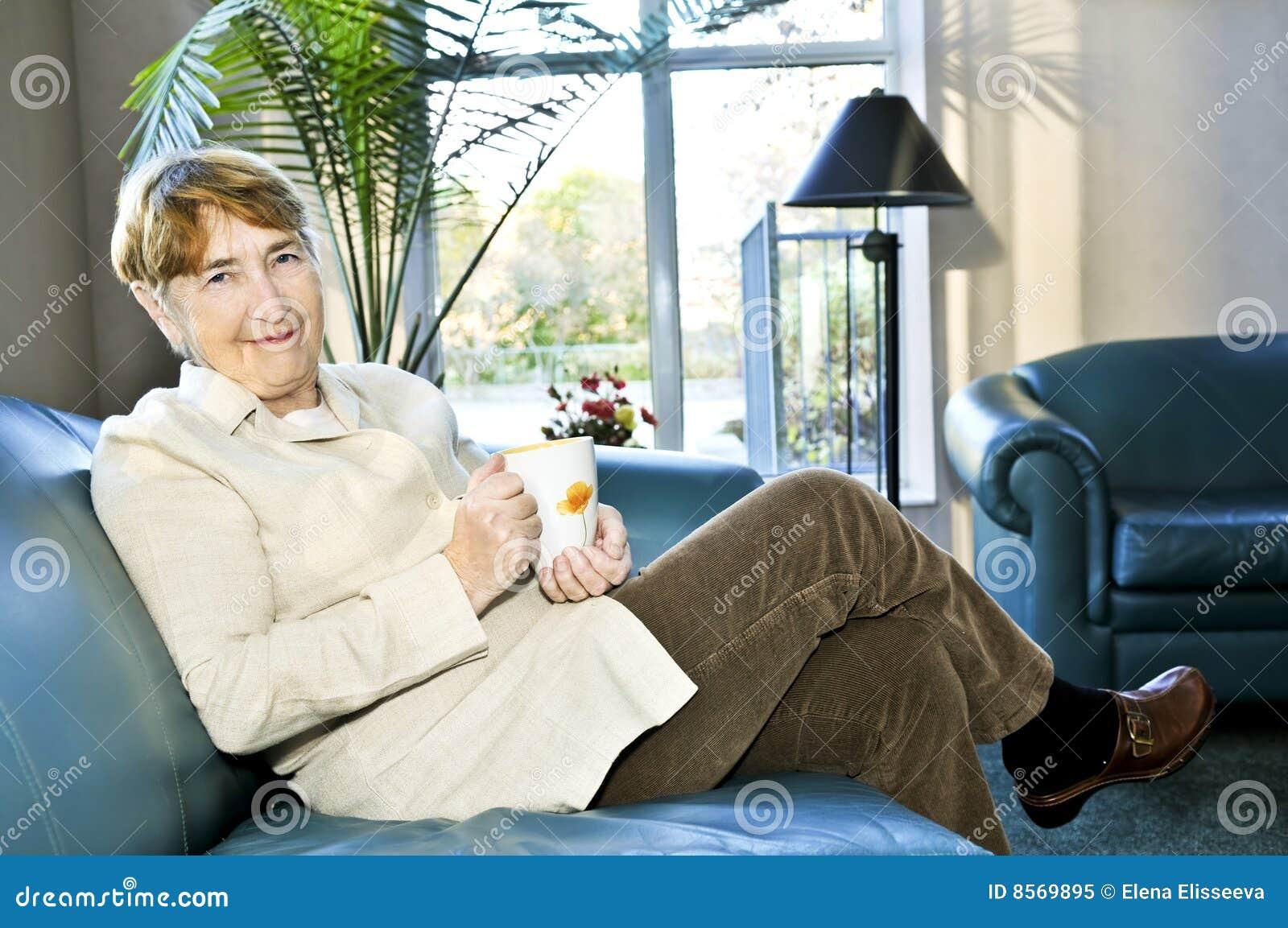 Starsza relaksująca kobieta