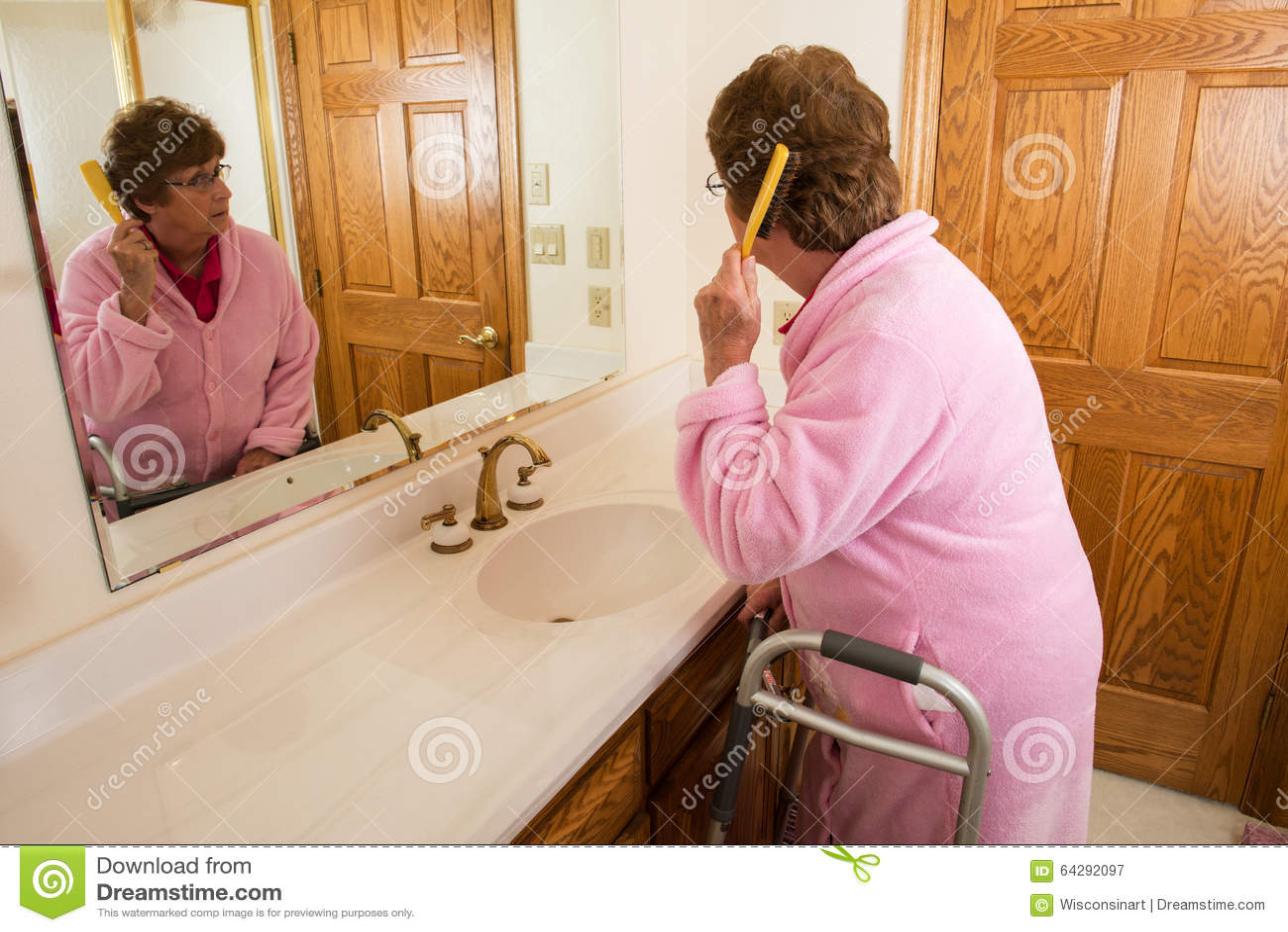 Starsza Starsza kobieta Szczotkuje włosy