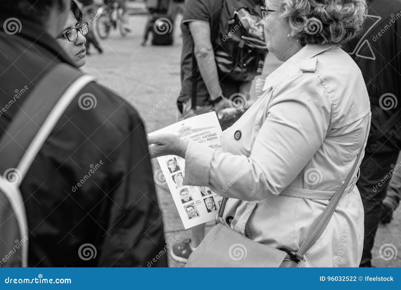 Starsze kobiety debatuje przeciw macron prawu przy protestem w Francja