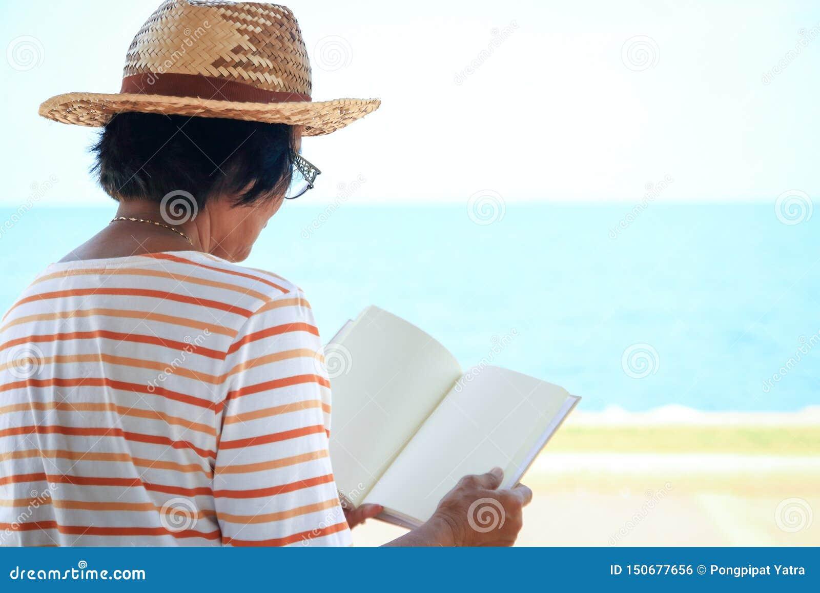 Starsze kobiety otwierają czytać książki