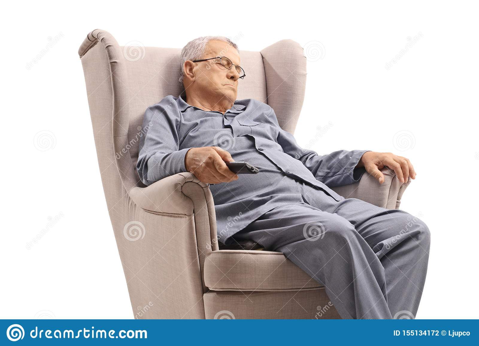 Starsze osoby śpi w karle i trzyma pilota do tv obsługują w pyjamas