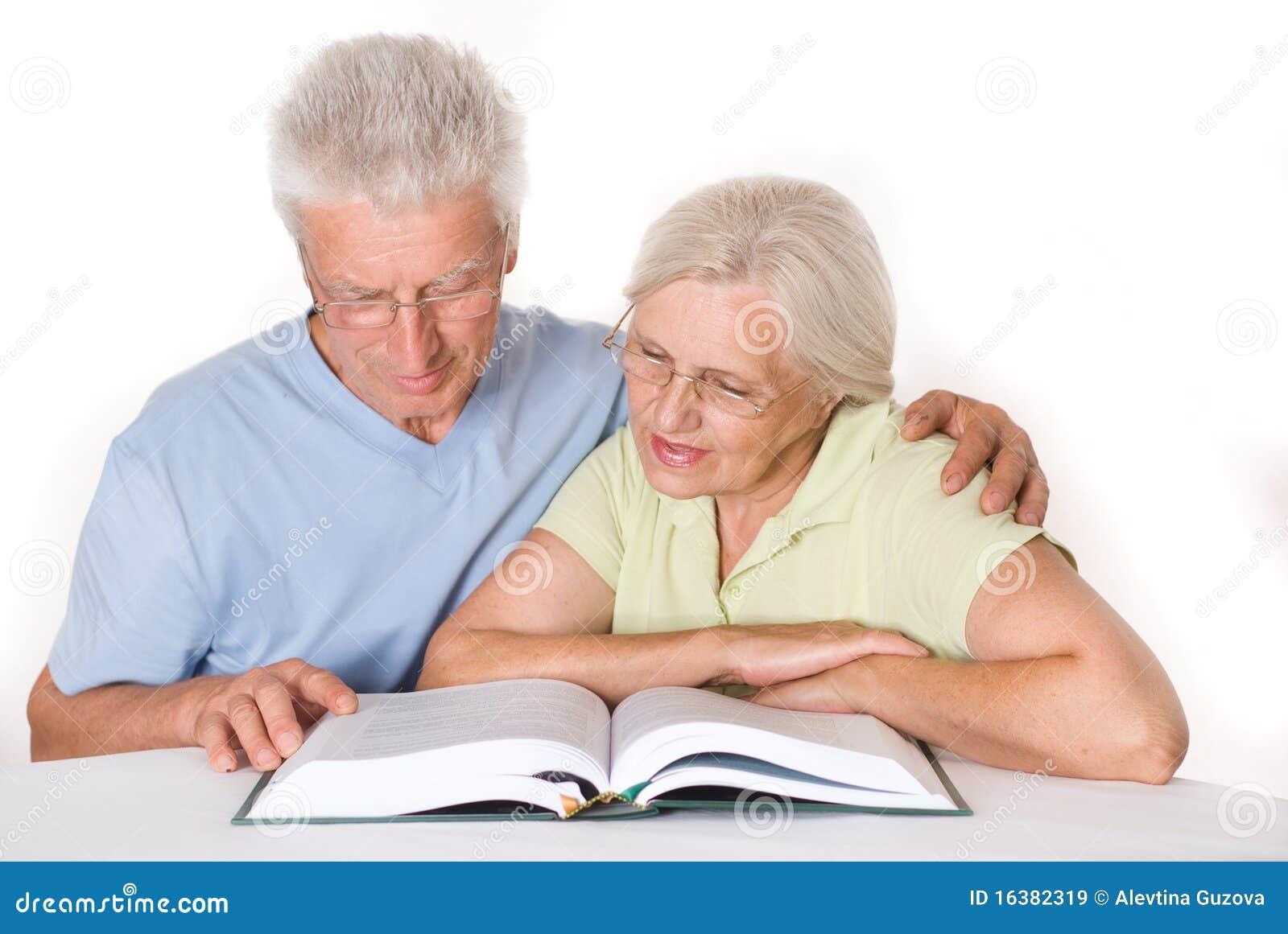 Starsze osoby dobierają się wpólnie