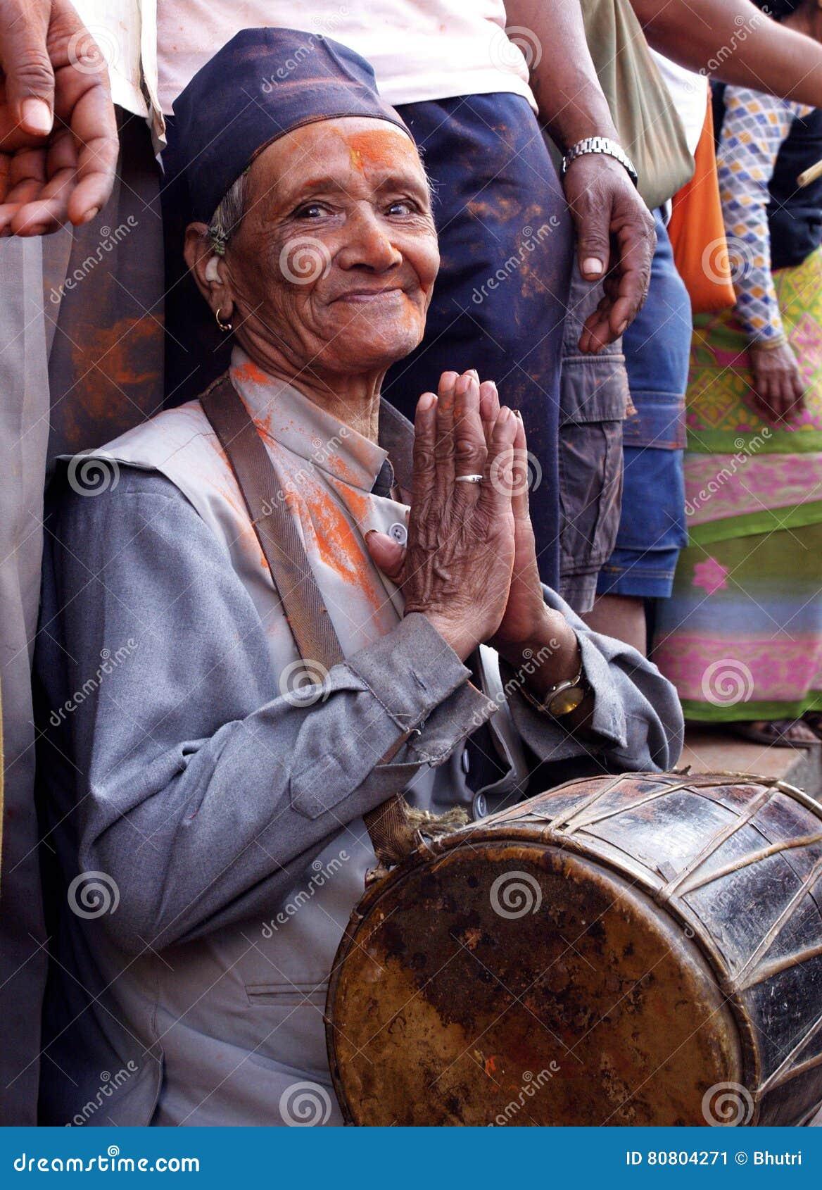 Starsze osoby obsługują w Bisket Jatra