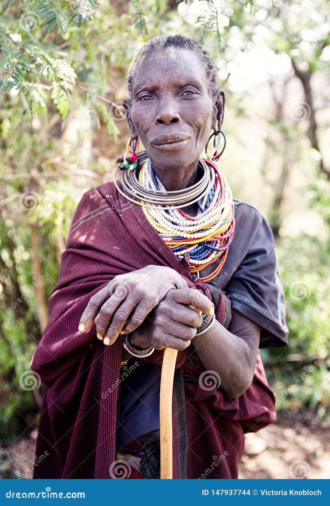 Starsze osoby w wiosce w Uganda