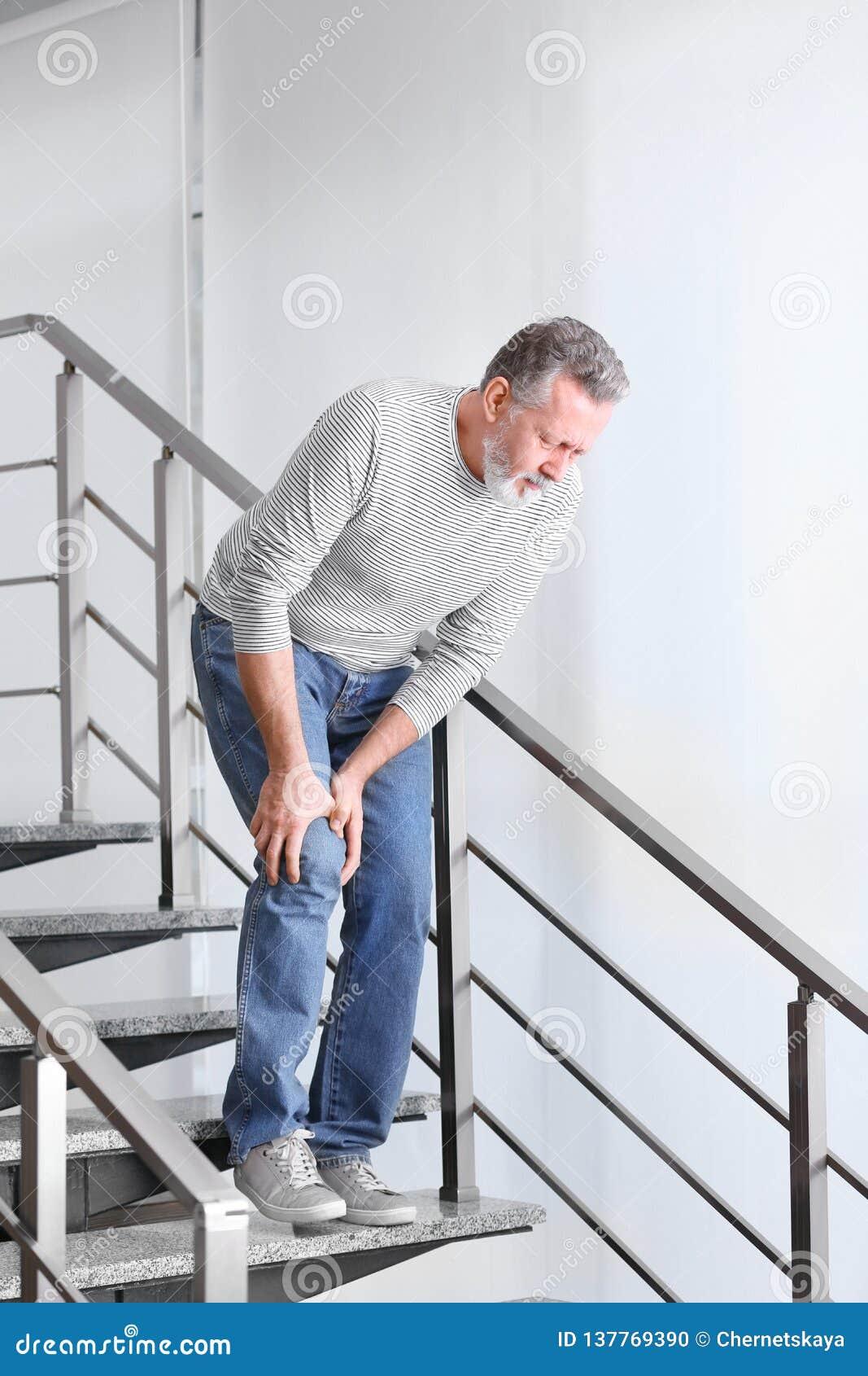 Starszego mężczyzna cierpienie od kolano bólu