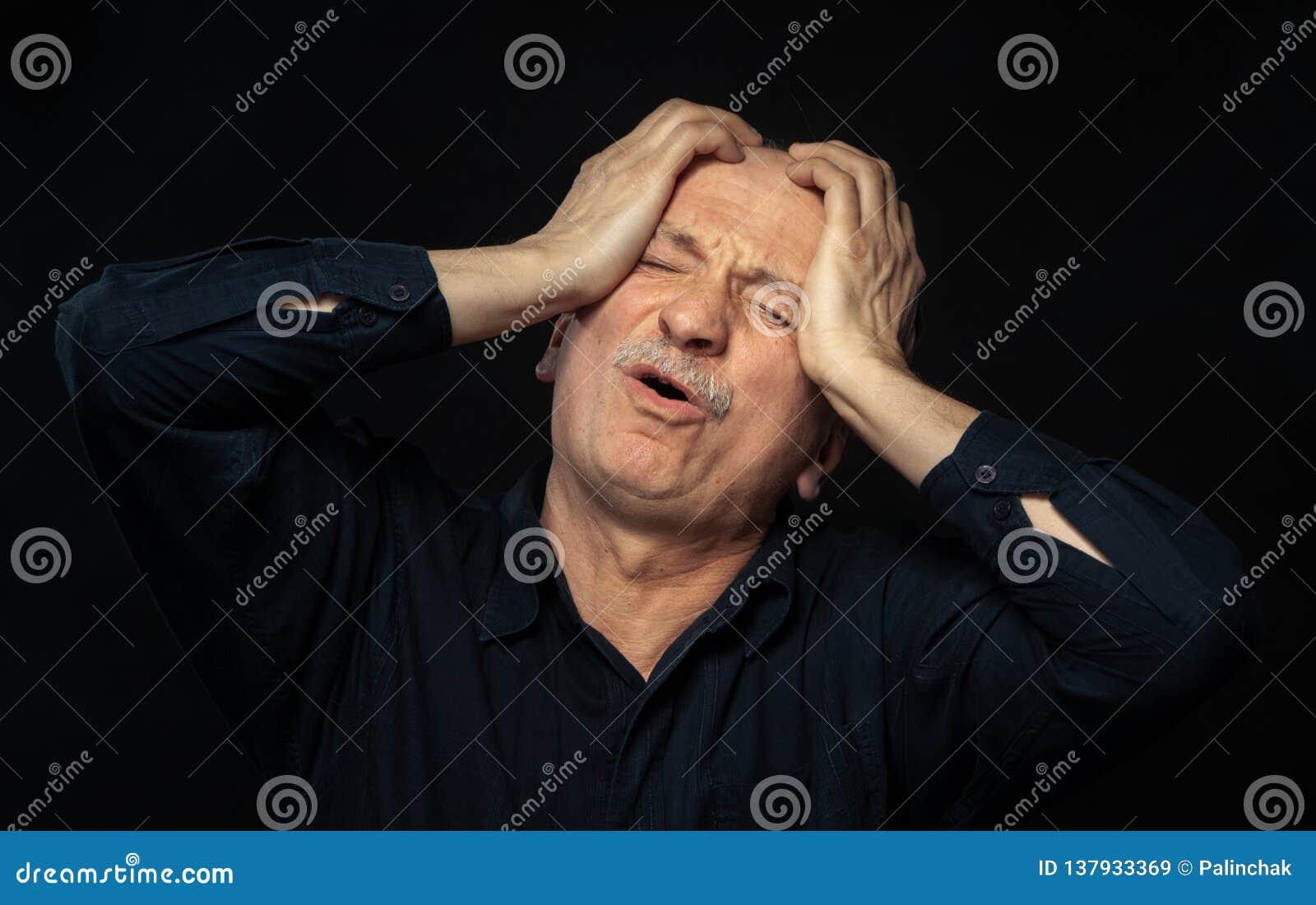 Starszego mężczyzna cierpienie od migreny