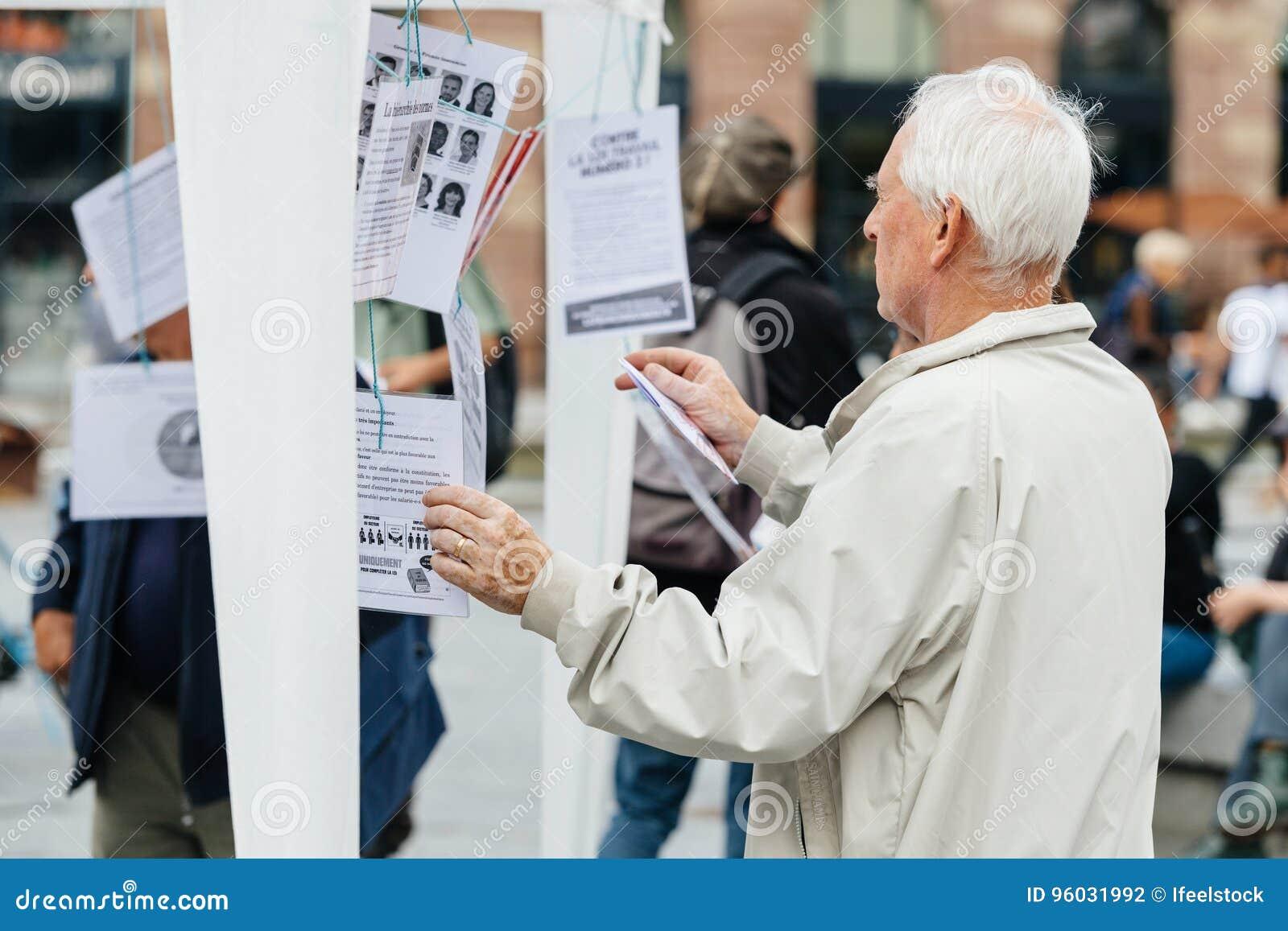 Starszego mężczyzna czytanie oczywisty przeciw Macron