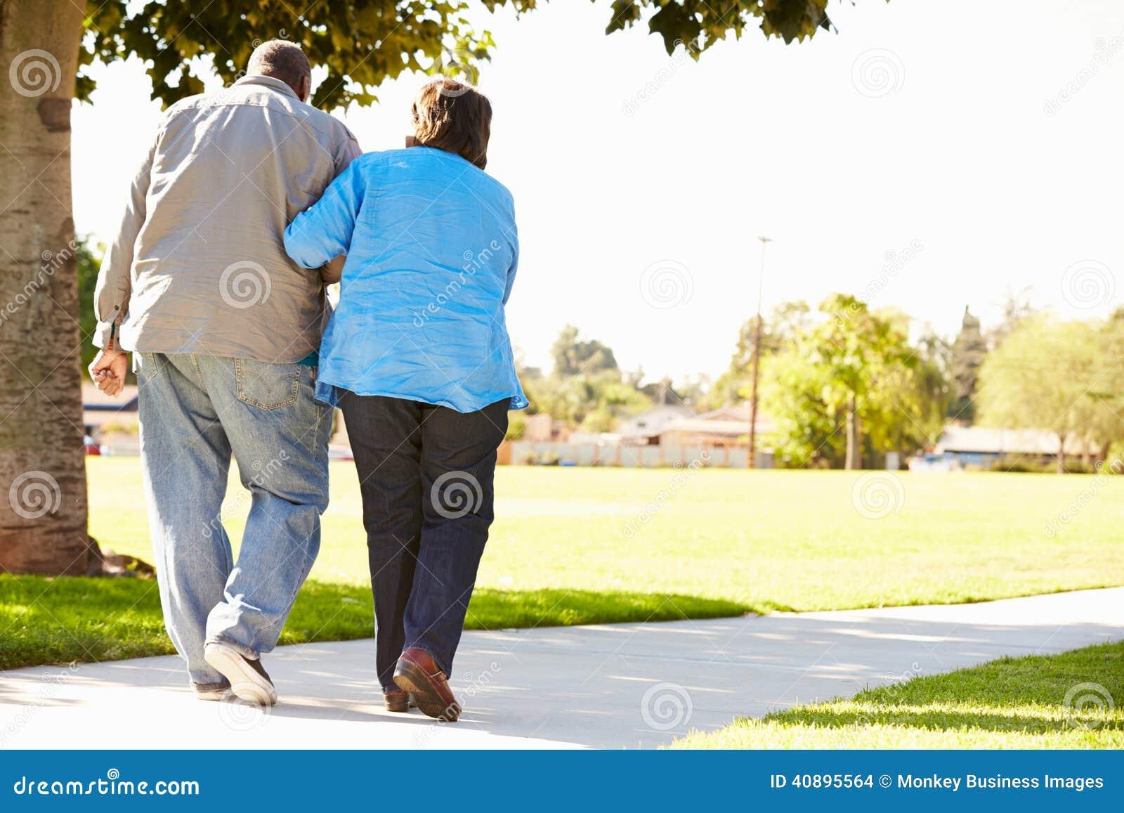 Starszej kobiety Pomaga mąż Gdy Chodzą W parku Wpólnie