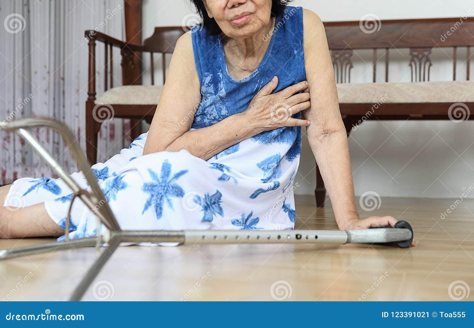 Starszej kobiety spada puszek w domu, hearth atak