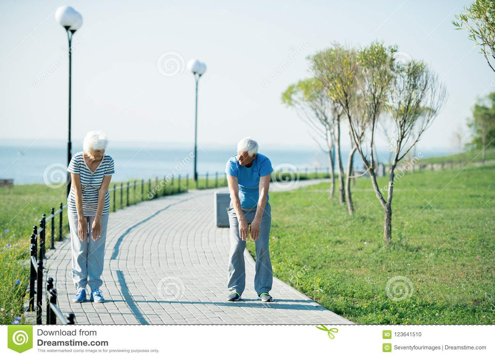 Starszej pary Rozgrzewkowy Up Outdoors