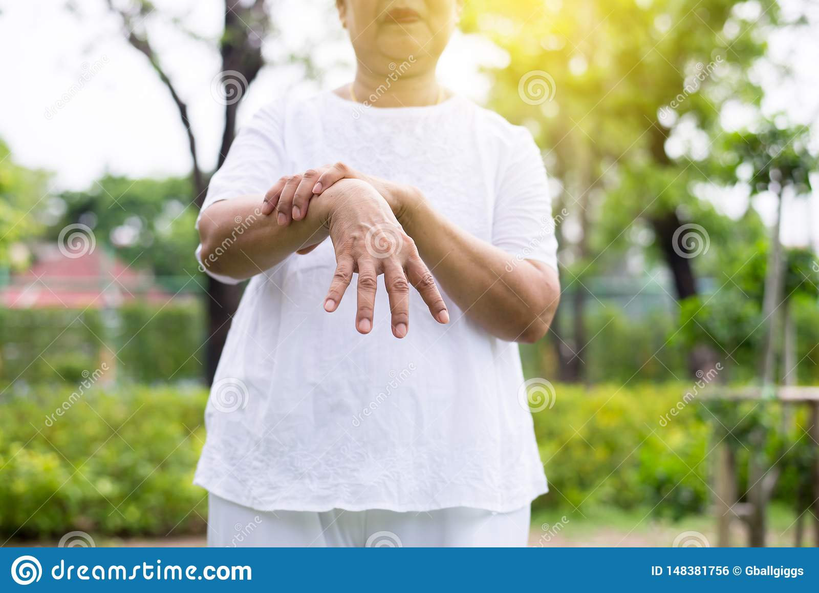 Starszy azjatykci żeński cierpienie z Parkinson choroby objawami