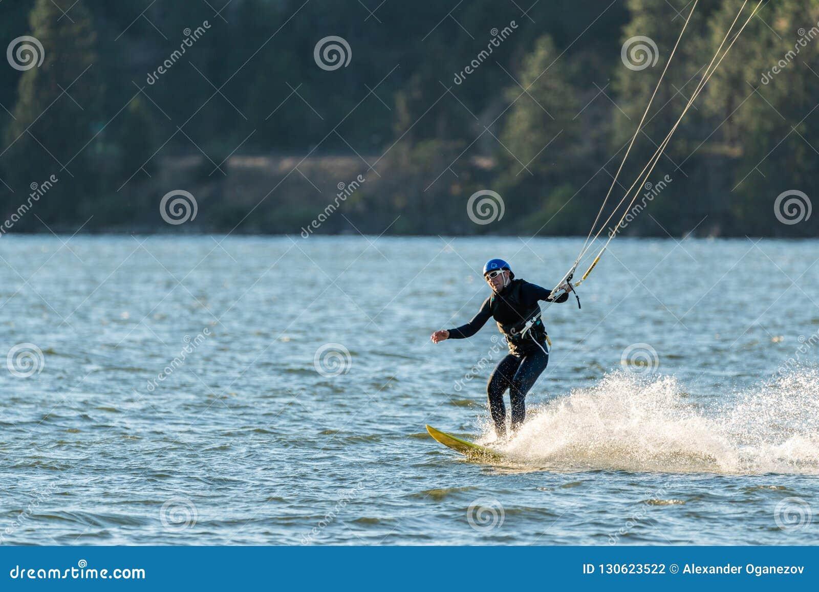 Starszy kania surfingowiec na rzece