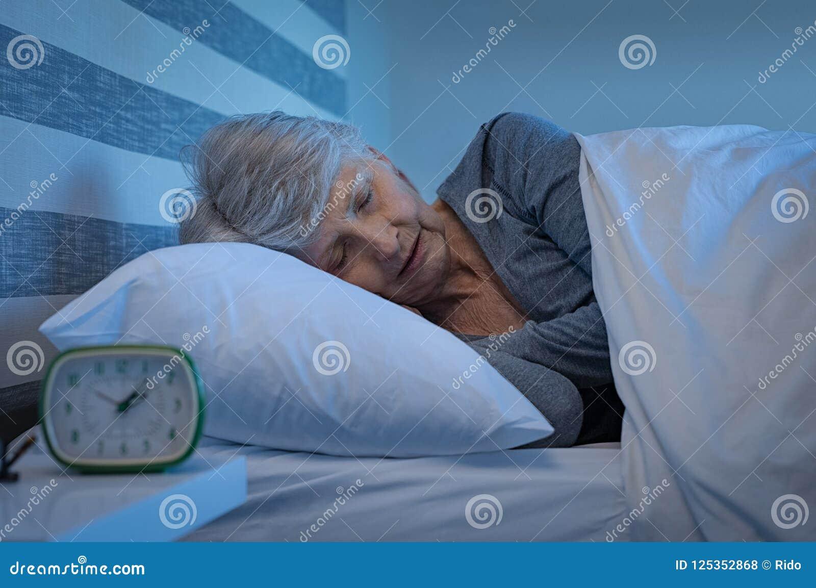 Starszy kobiety dosypianie