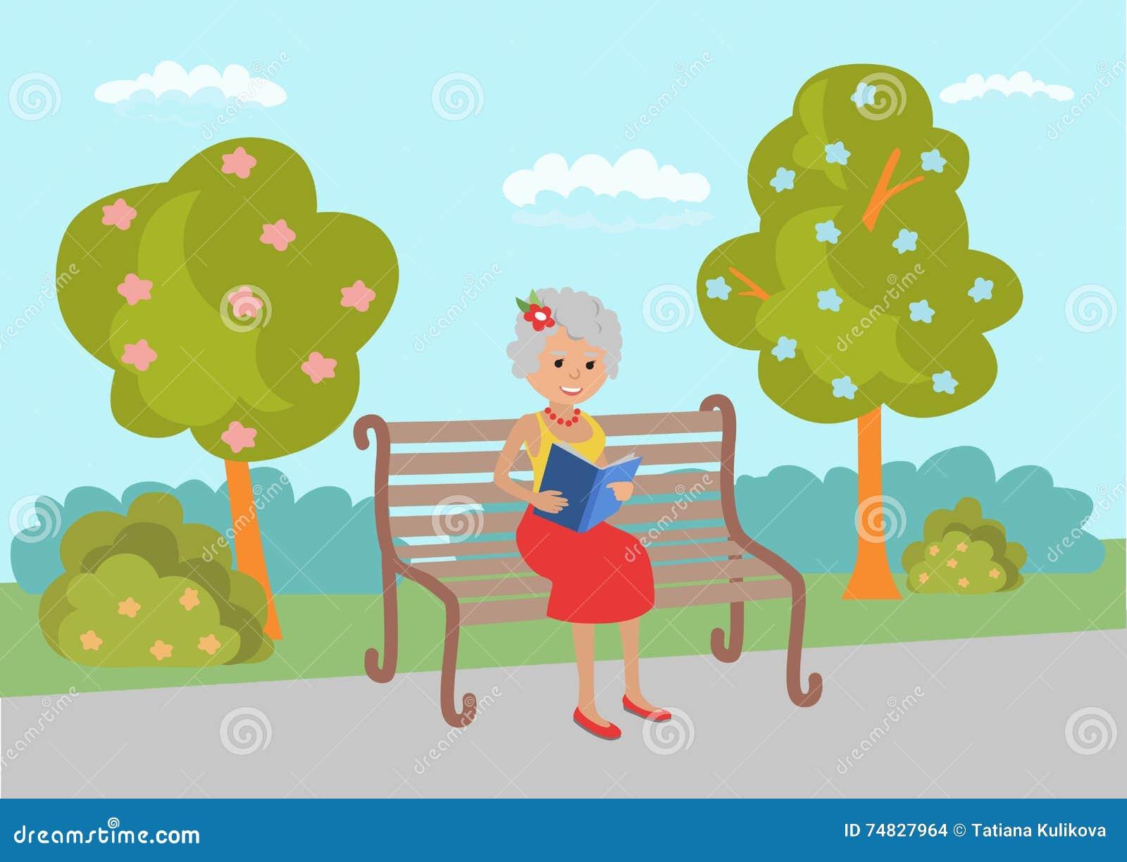 Starszy kobiety obsiadanie na parkowej ławce czytelniczej książce i