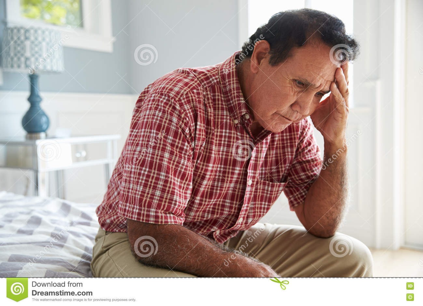 Starszy Latynoski mężczyzna obsiadanie Na Łóżkowym cierpieniu Z depresją