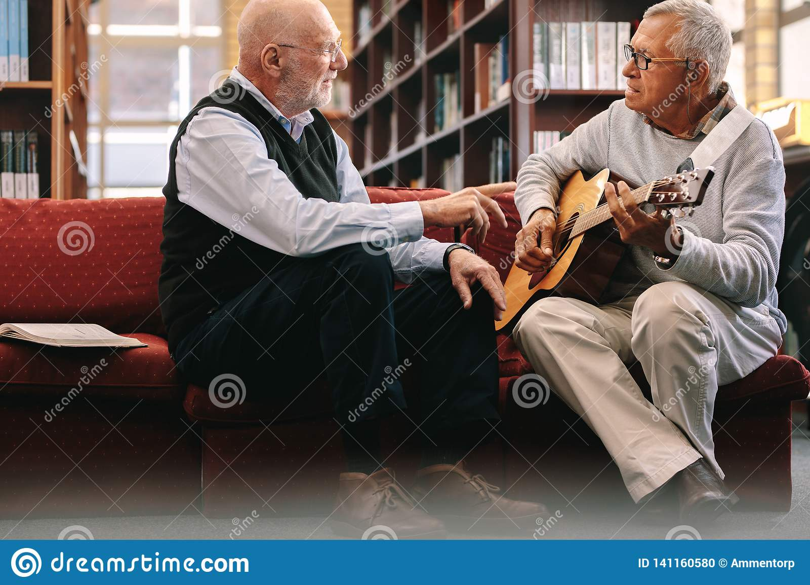 Starszy mężczyźni bawić się gitarę