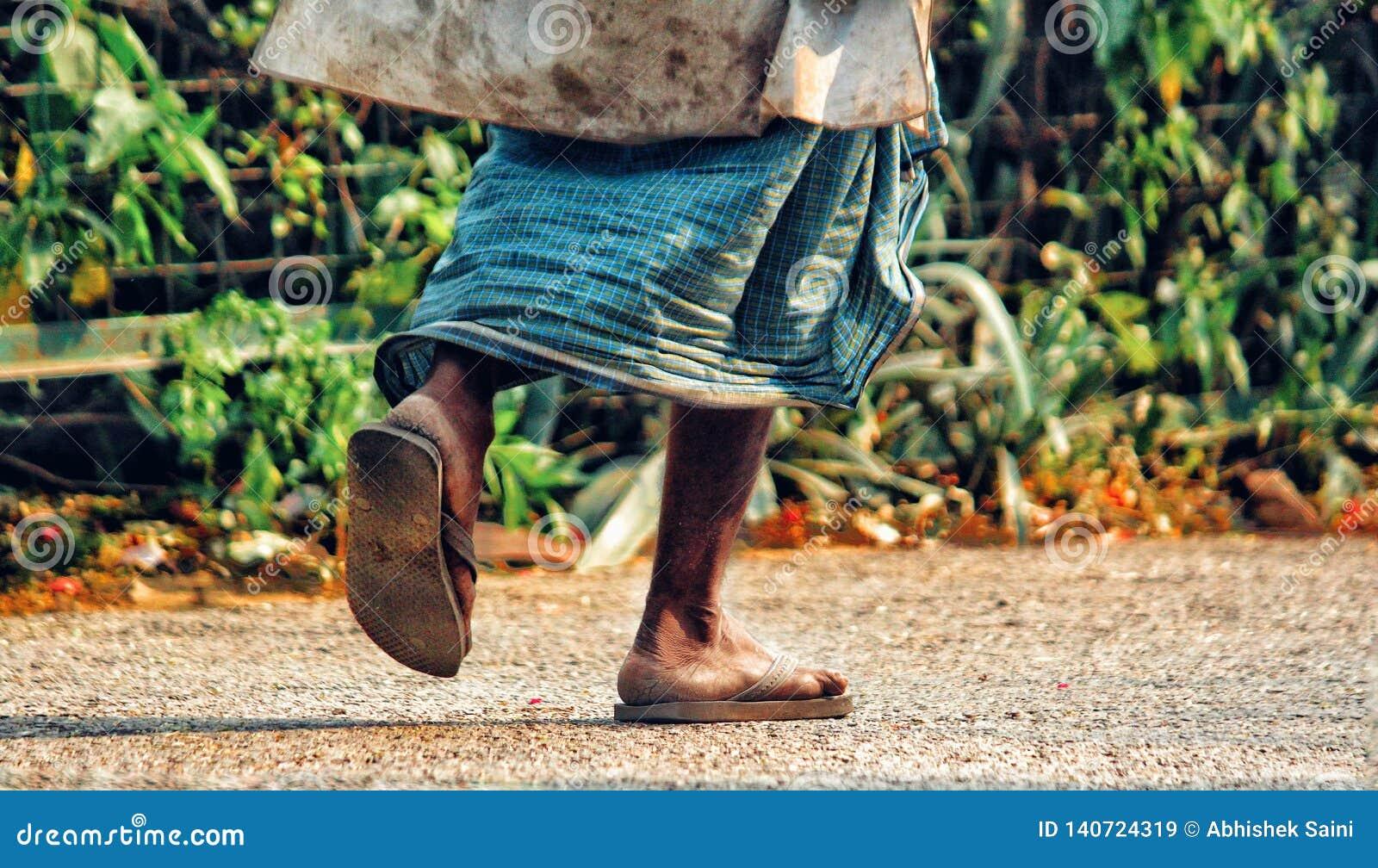 Starszy mężczyzna jest chodzącym synkliną park w wczesnym poranku