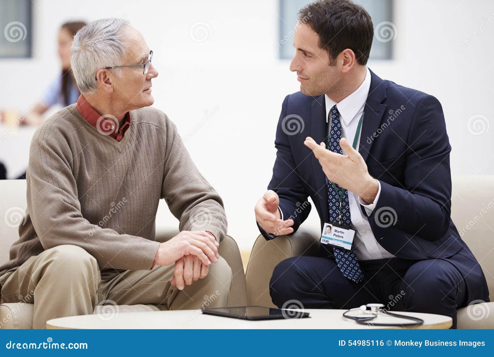 Starszy mężczyzna Dyskutuje wyniki testu Z lekarką
