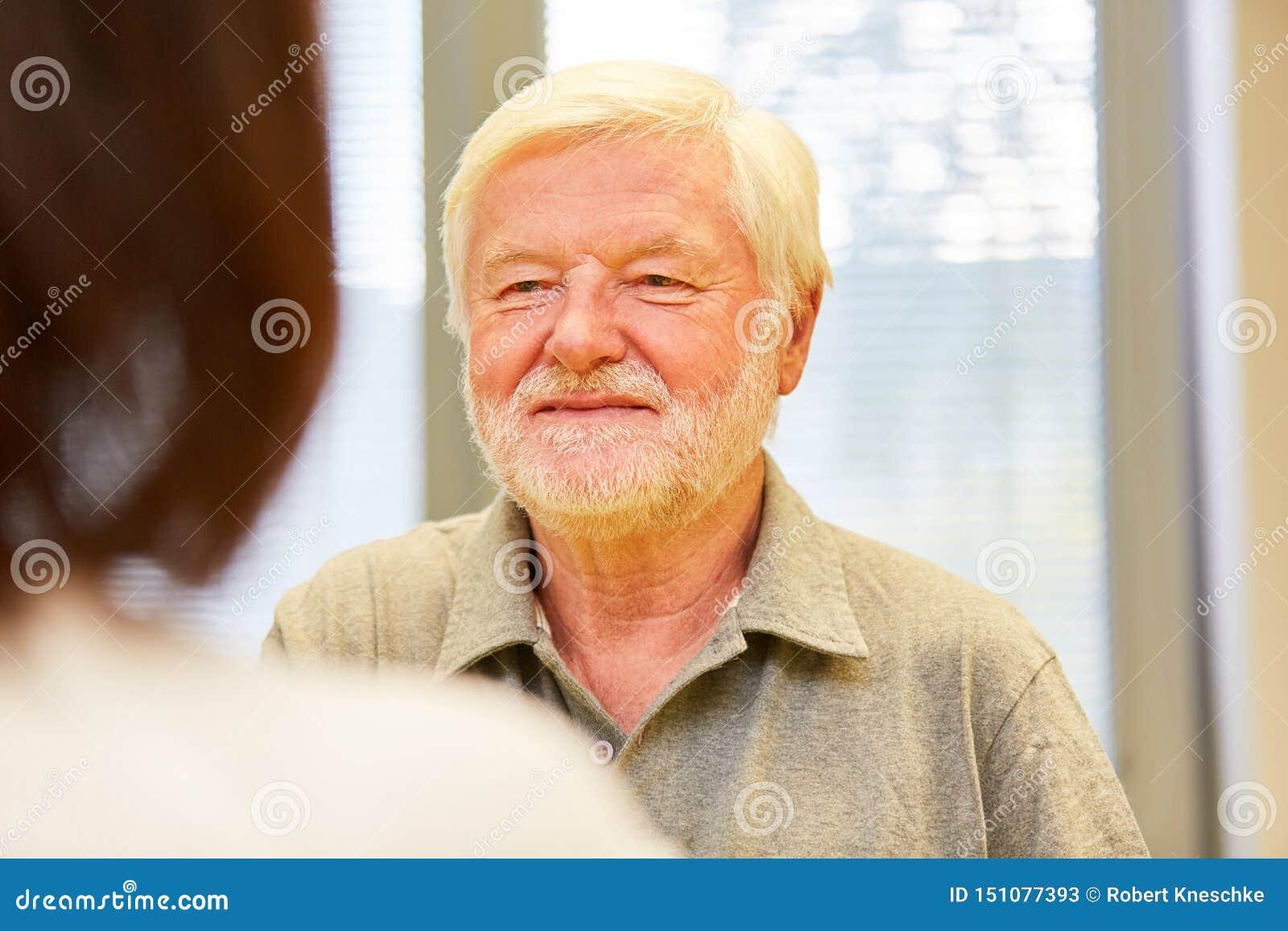 Starszy mężczyzna jako pacjent opowiada żeńska lekarka