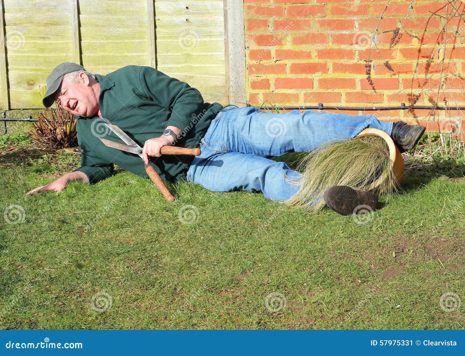 Starszy mężczyzna spadać Ogrodowy wypadek