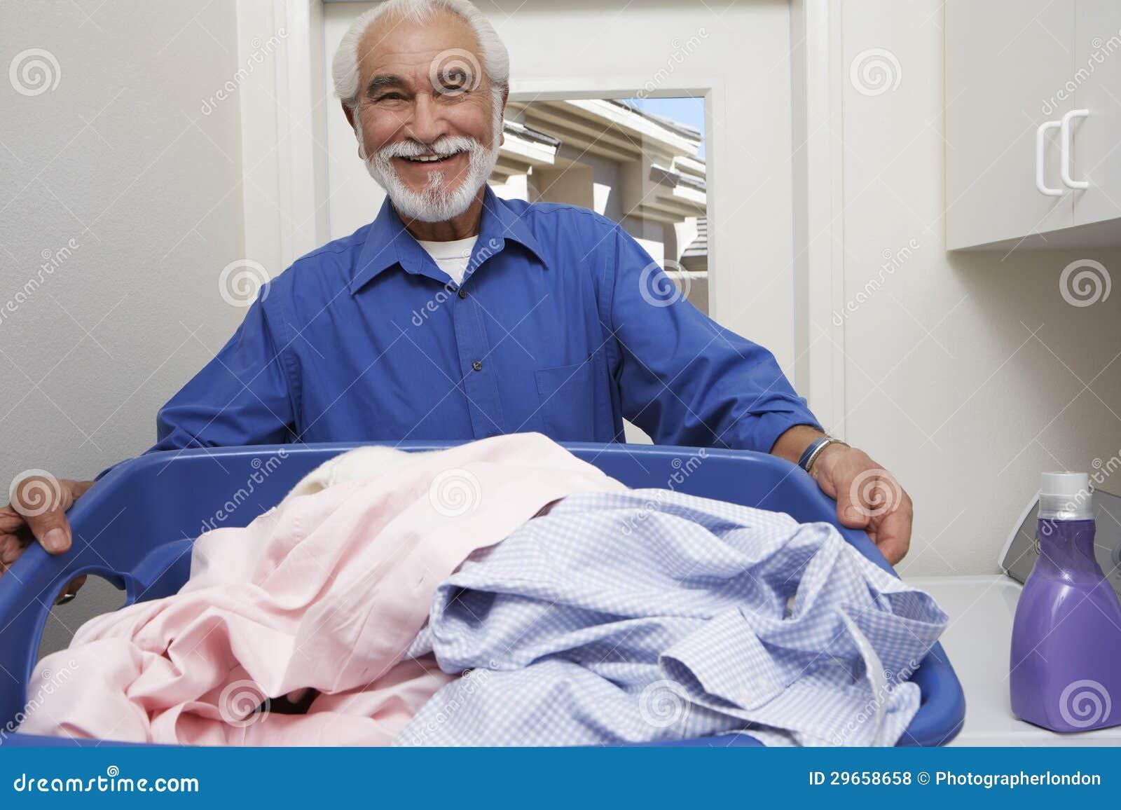 Starszy mężczyzna Trzyma Pralnianego kosz
