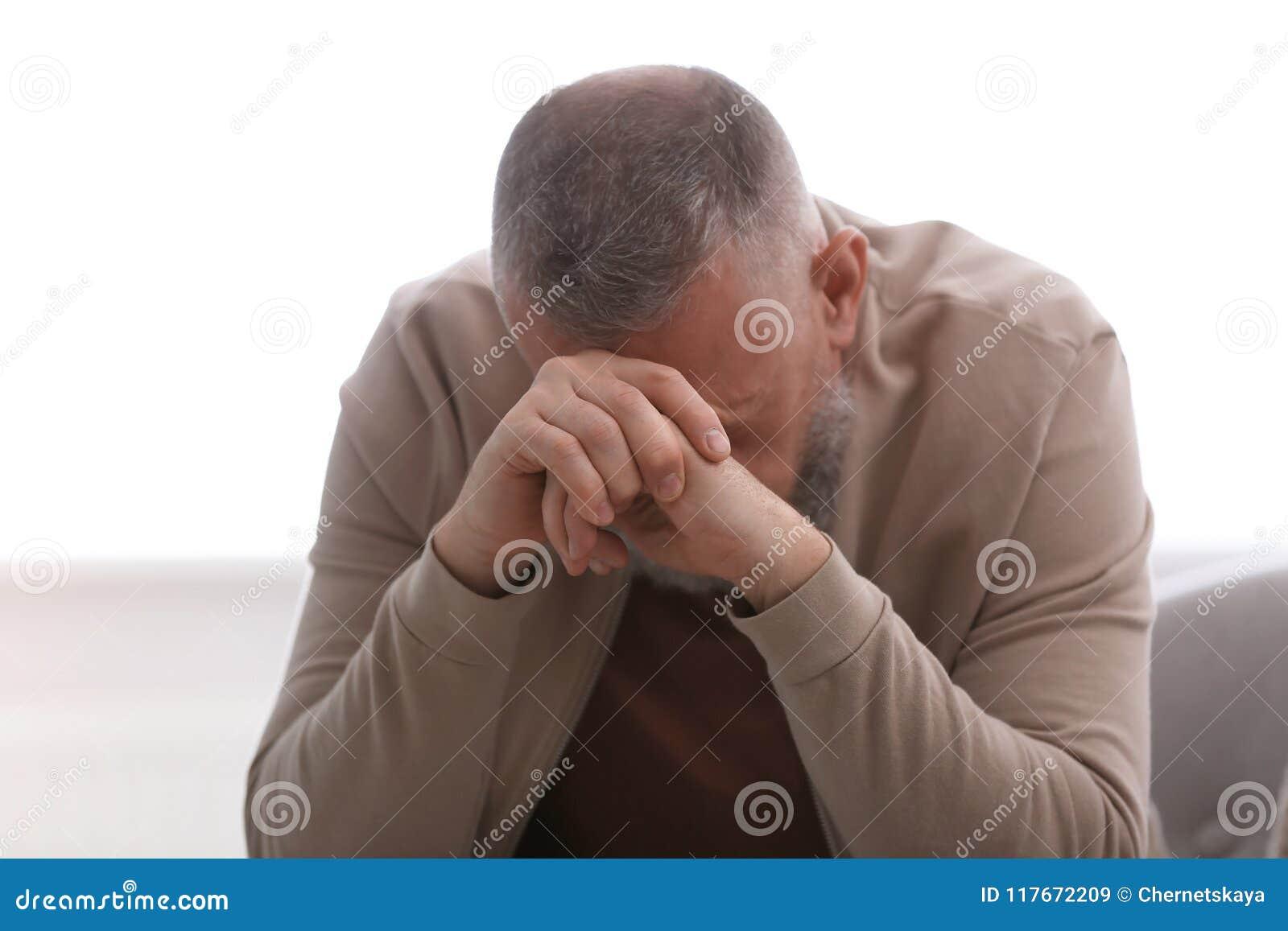 Starszy mężczyzna w stanie depresja