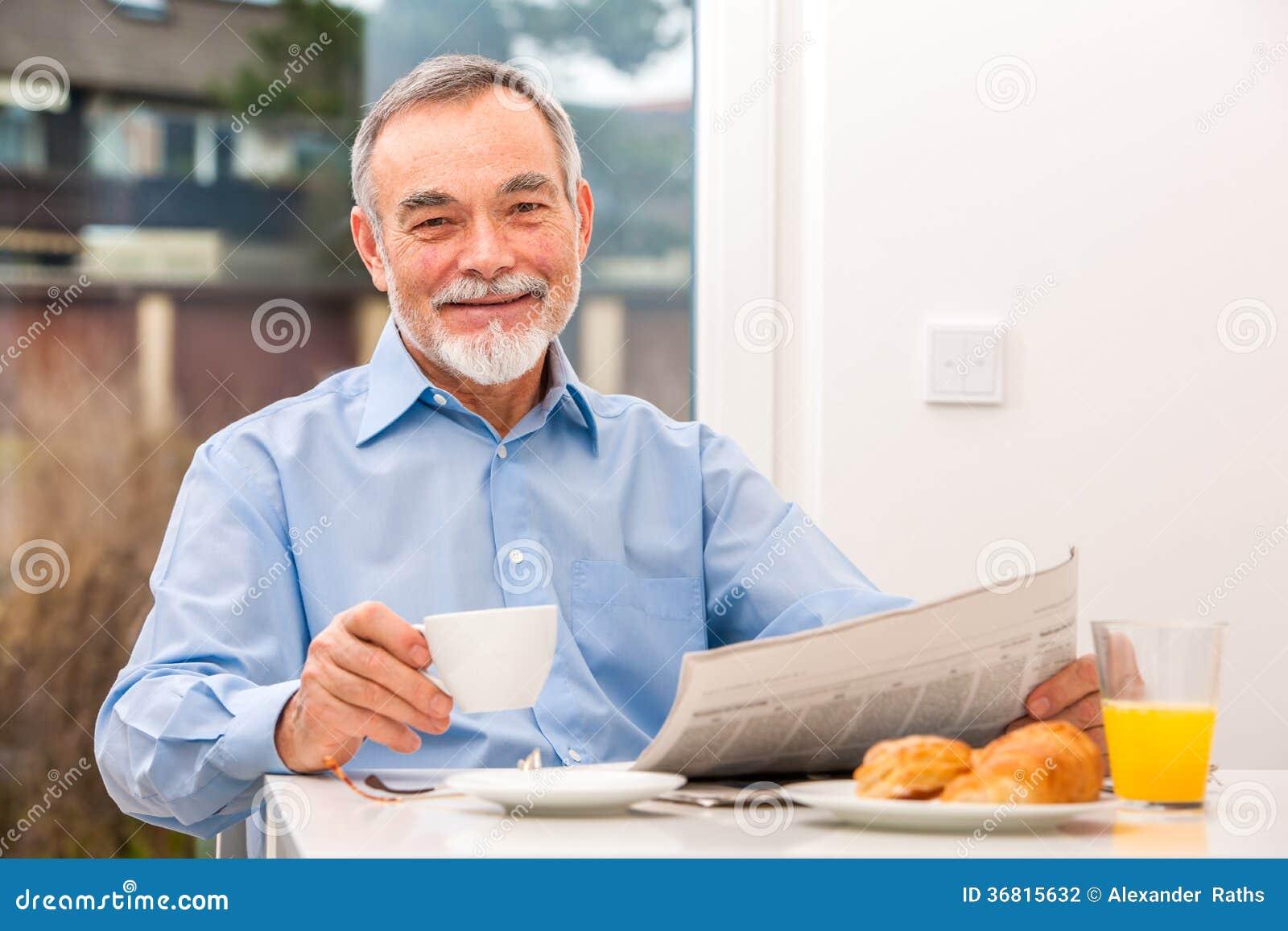 Starszy mężczyzna z gazetą