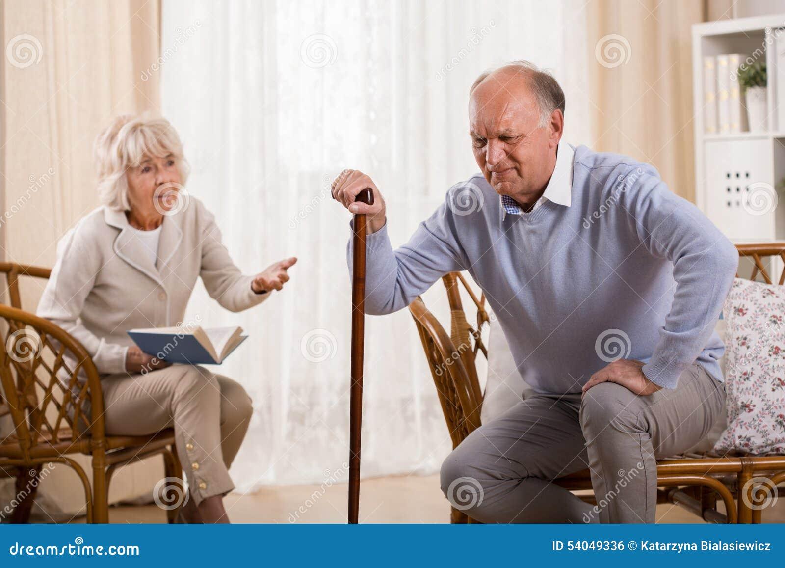 Starszy mężczyzna z kolanowym artretyzmem