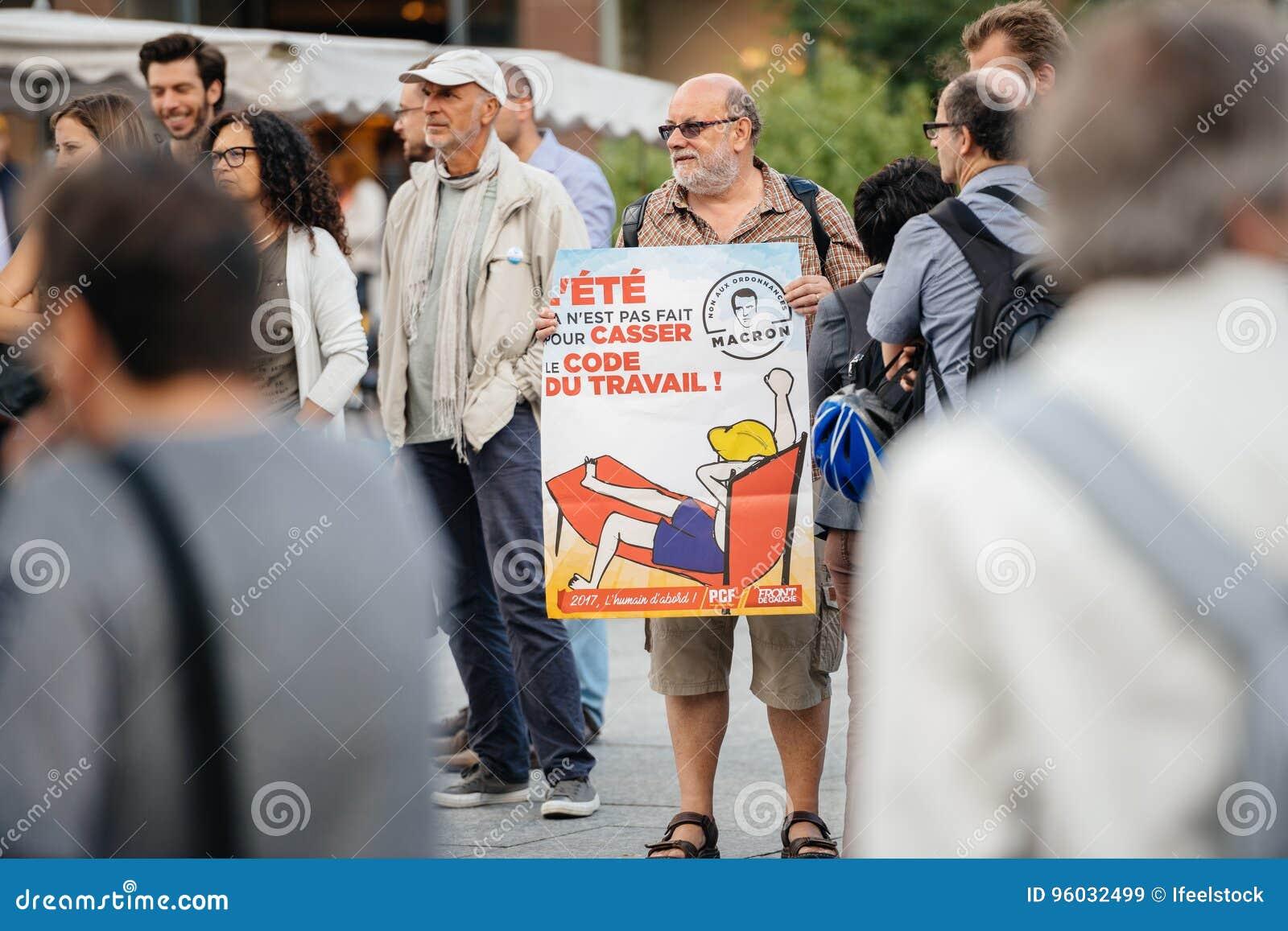 Starszy mężczyzna z plakatem przeciw macron przy protestem w Francja