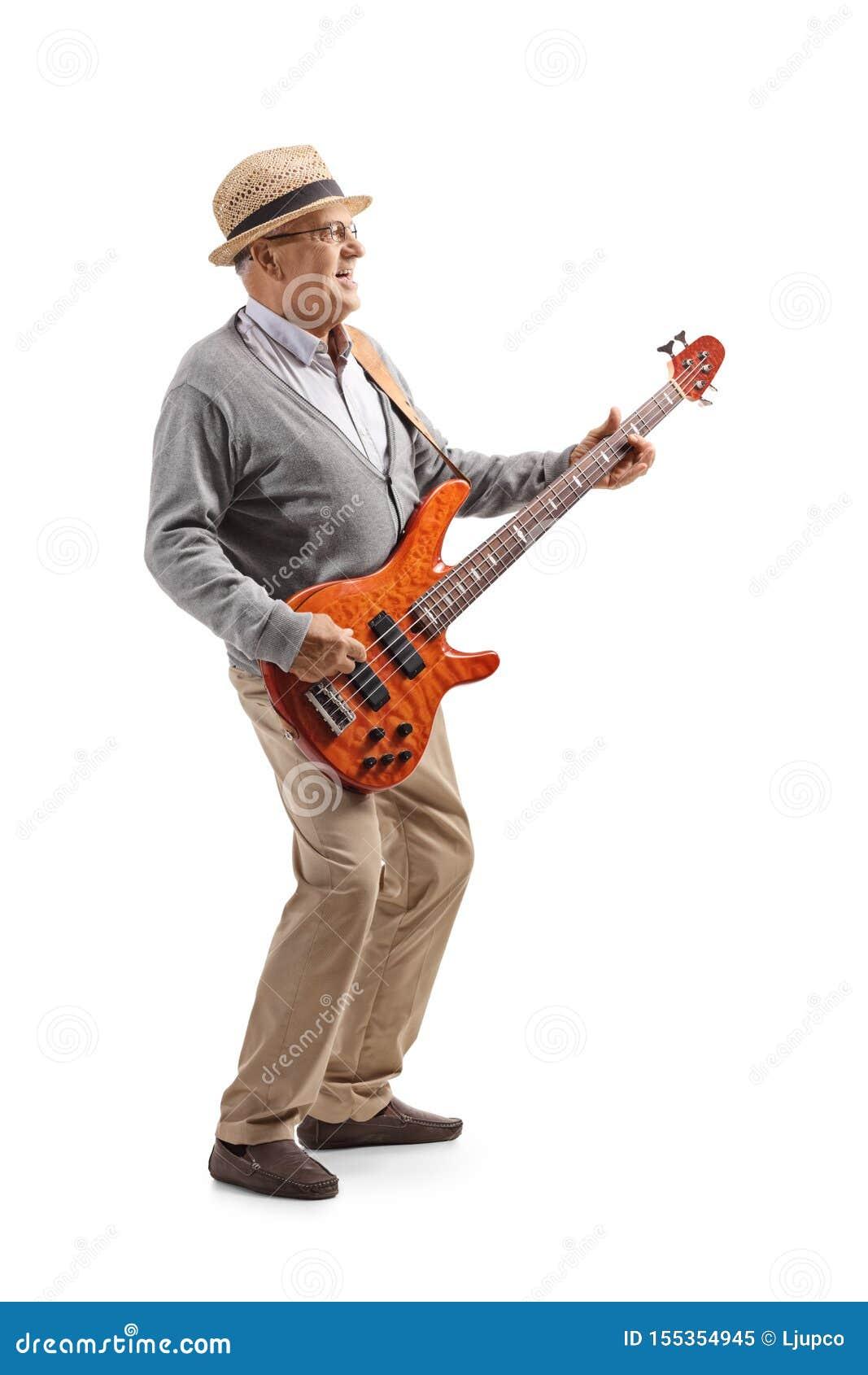 Starszy męski gitarzysta bawić się basową gitarę