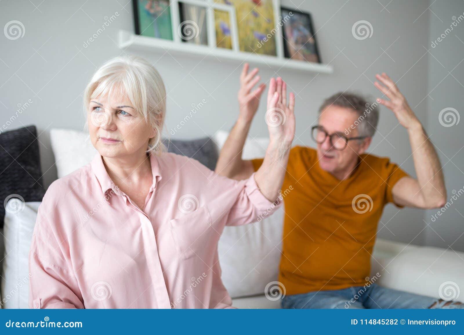 Starszy małżeństwo ma dyskutuje w domu