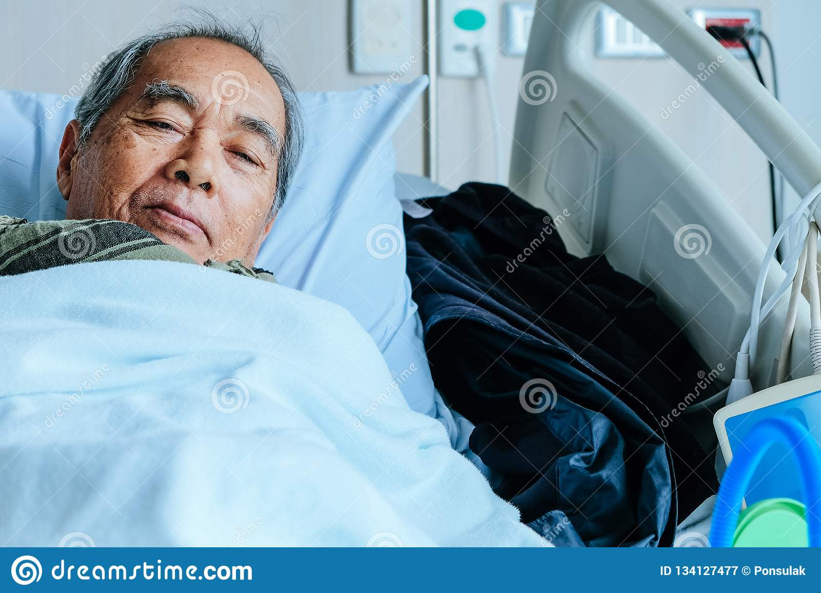 Starszy pacjenci w łóżku szpitalnym