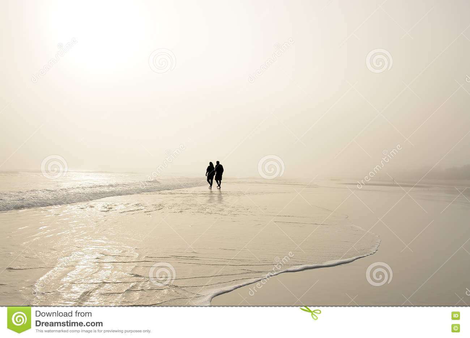 Starszy pary mienie wręcza odprowadzenie na plaży cieszy się wschód słońca