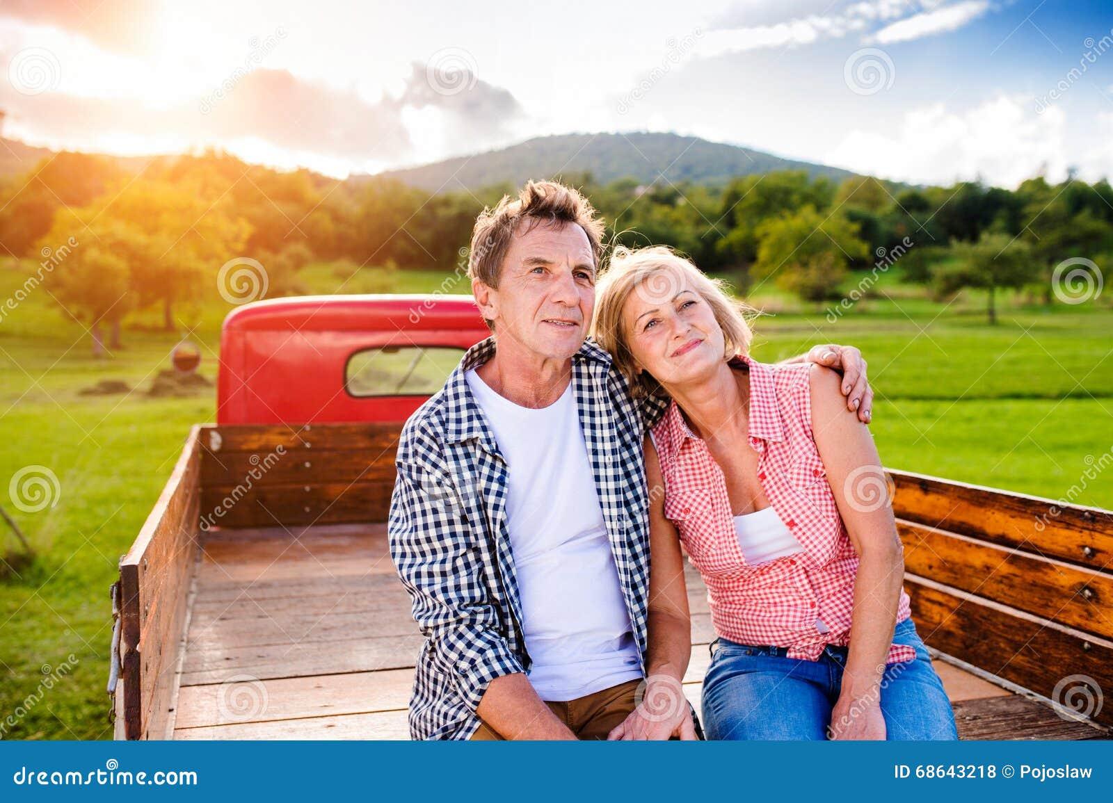 Starszy pary obsiadanie w plecy czerwona furgonetka