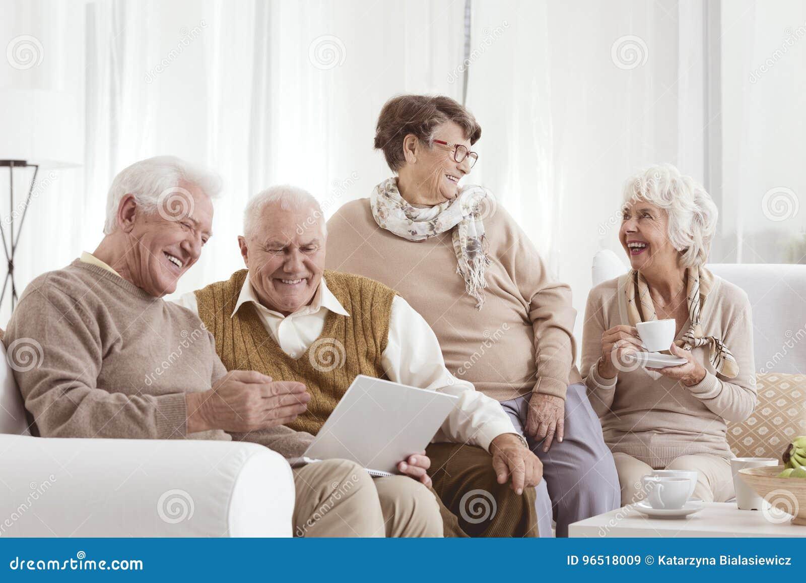 Starszy przyjaciół relaksować