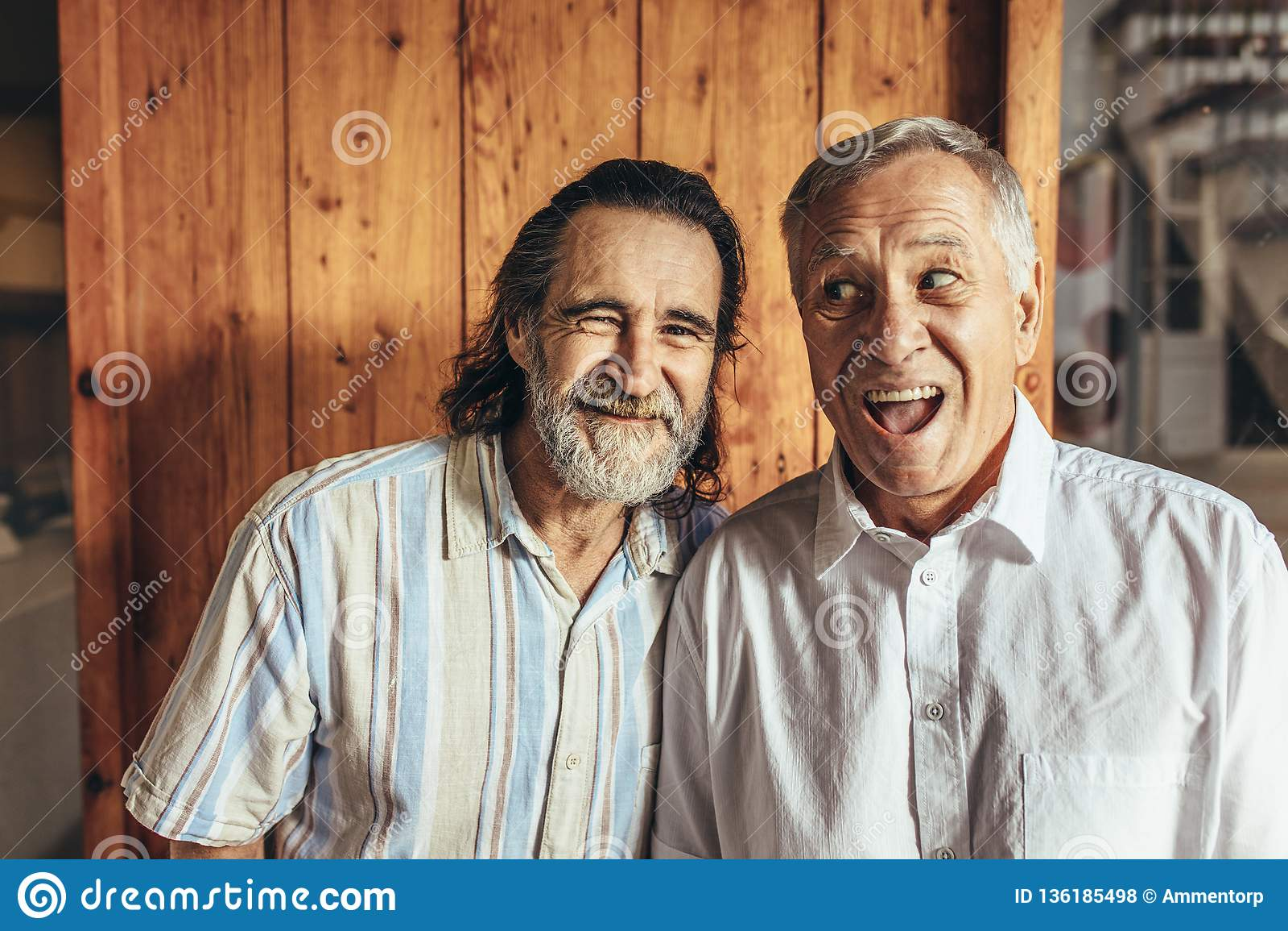 Starszy przyjaciele stoi wpólnie robić śmiesznym twarzom