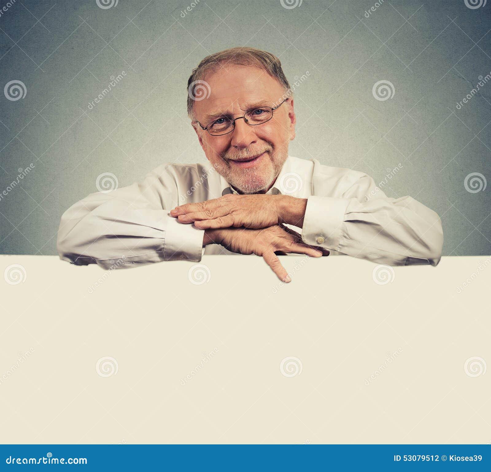 Starszy szczęśliwy mężczyzna z pustej przestrzeni bielu sztandarem