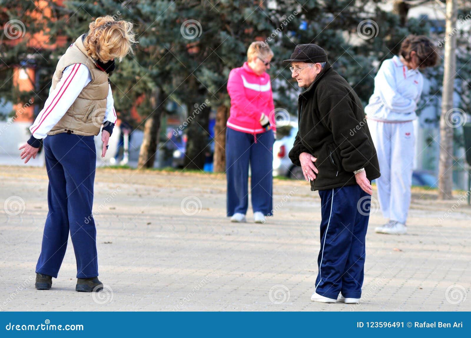 Starszych dorosłych Hiszpańscy ludzie ćwiczą w parku w Madryt Hiszpania