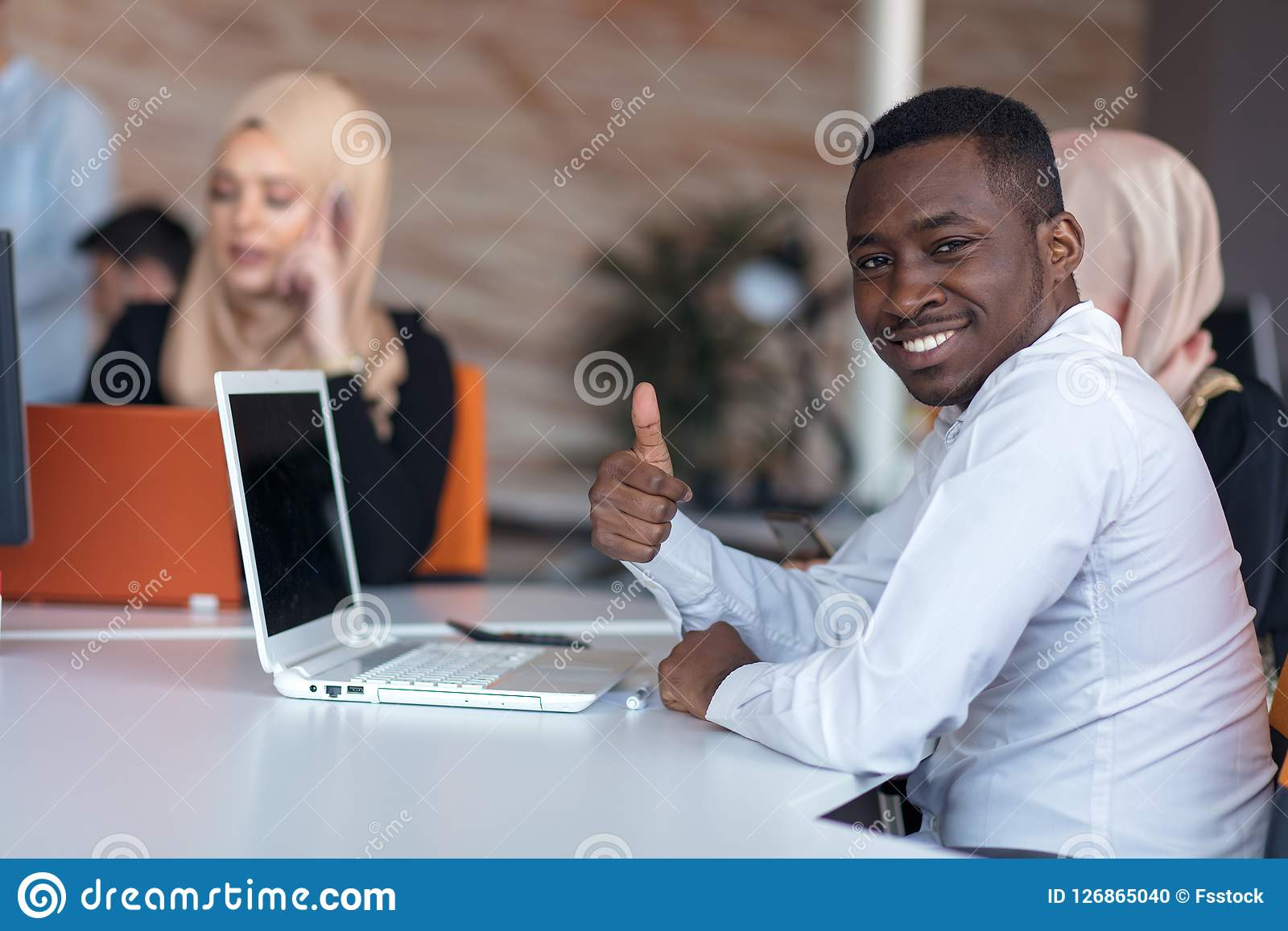 Start bedrijfsmensengroep die dagelijkse baan werken op modern kantoor Technologie-bureau, technologie-bedrijf, technologie-opsta